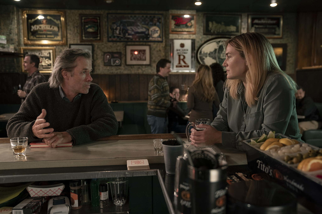 kate winslet, guy pierce, mare of easttown, hbo, primer episodio